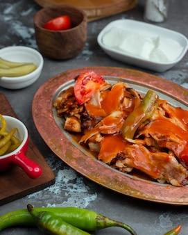 Gegrillte hähnchen-kebab-scheiben mit tomaten-chili-sauce und gegrilltem gemüse
