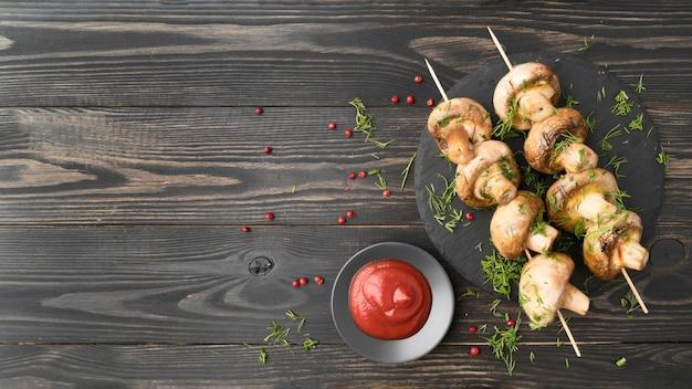 Gegrillte hähnchen-spieße mit gemüse mit sauce