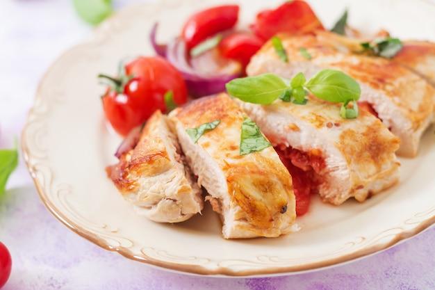 Gegrillte hähnchenbrust gefüllt mit tomaten, knoblauch und basilikum