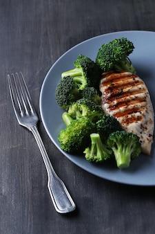 Gegrillte hähnchenbrust mit brokkoli