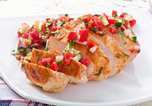 Gegrillte hähnchenbrust mit frischer tomatensauce