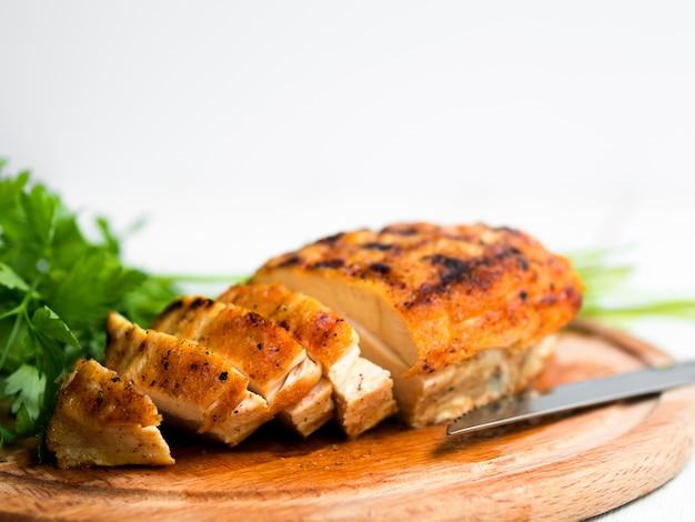 Gegrillte hähnchenbrust mit petersilie