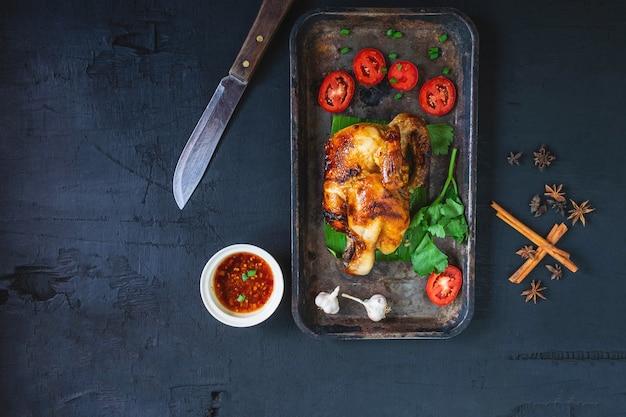 Gegrillte hähnchengerichte und dip aus dem ofen