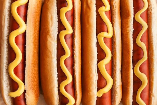 Gegrillte hotdogs mit amerikanischem senf