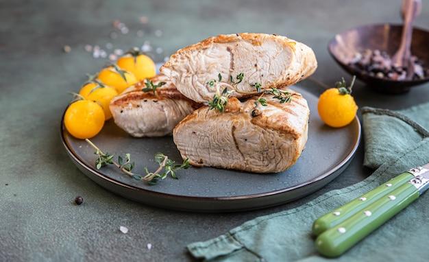 Gegrillte hühner- oder putenbrust mit kirschtomaten und thymian