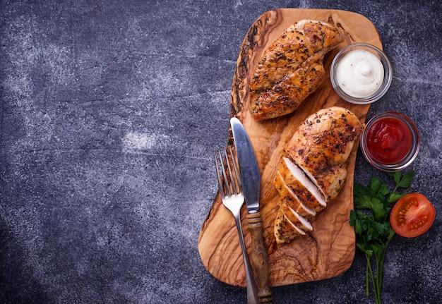 Gegrillte hühnerbrust oder filet auf eisenpfanne