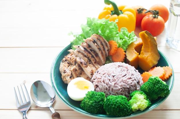 Gegrillte hühnerbrust, reisbeere, brokkoli, gekochtes ei, kürbis und karotte