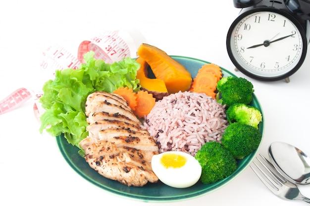 Gegrillte hühnerbrust, reisbeere und gemüse auf weißem hintergrund