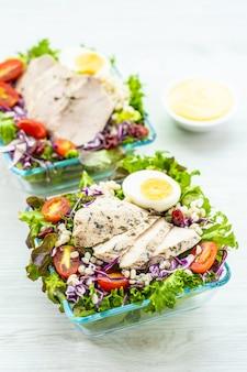 Gegrillte hühnerbrust und fleischsalat