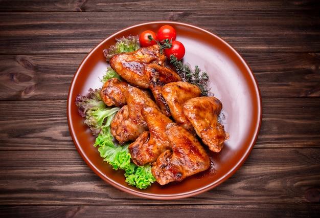 Gegrillte hühnerflügel mit gemüse und gewürz