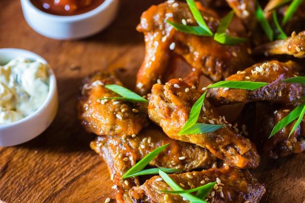 Gegrillte hühnerflügel mit scharfer soße