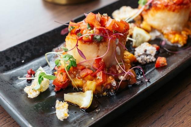 Gegrillte jakobsmuscheln mit süßer und saurer salsa-salsa.