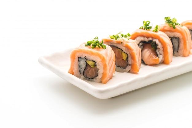 Gegrillte lachs-sushi-rolle - japanischer essensstil
