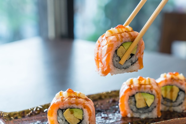 Gegrillte lachs sushi-rolle