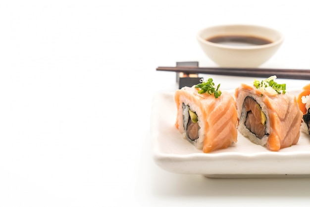 Gegrillte lachs-sushi-rolle