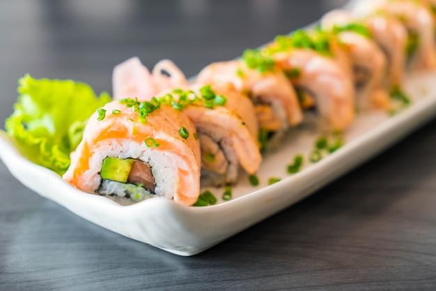 Gegrillte lachs-sushi-rolle
