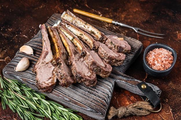 Gegrillte lamm hammel ribs chops steaks auf holzbrett