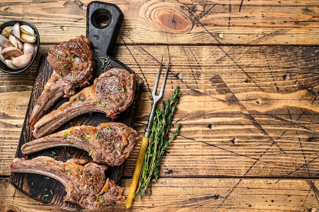Gegrillte lammhammelfleischkotelettsteaks auf einem schneidebrett