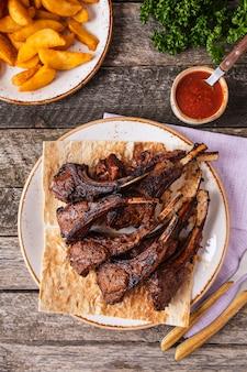 Gegrillte lammkoteletts auf einer platte. ansicht von oben