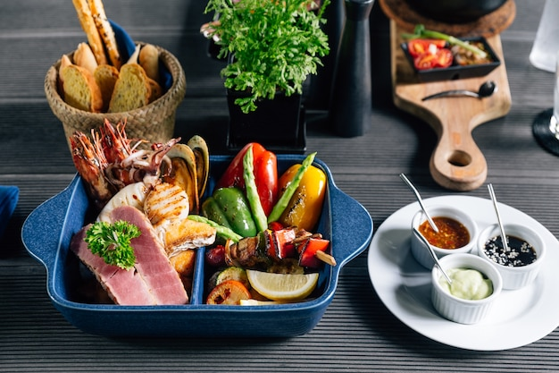Gegrillte meeresfrüchte wie fisch, tintenfisch, garnelen, muscheln und gemüse.