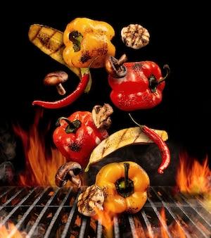Gegrillte paprika zucchini champignons chili knoblauchhälften fallen herunter