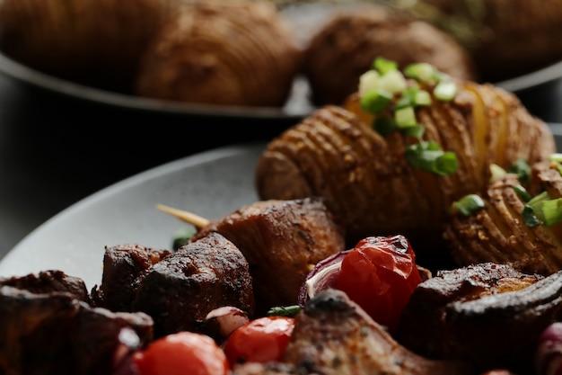 Gegrillte rindfleisch- und tomatenspieße