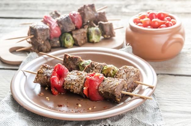 Gegrillte rindfleischspieße mit pfeffer und brüssel