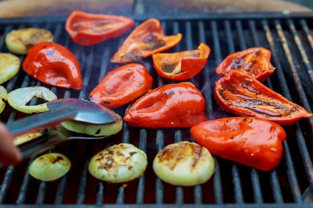Gegrillte rote paprika und zwiebeln beim braten
