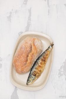 Gegrillte sardine mit brot auf teller