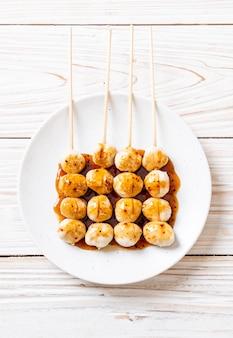 Gegrillte schweinefleischbällchen mit süßer chilisauce