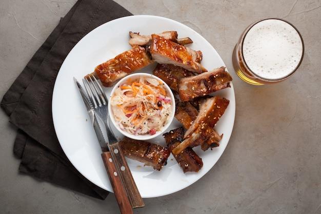 Gegrillte schweinerippchen in barbecuesoße.