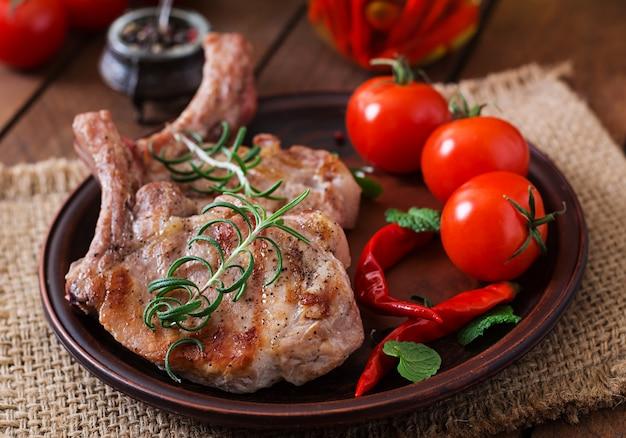 Gegrillte schweinerippchen mit kräutern und tomaten