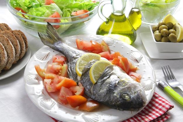 Gegrillte seebrasse mit gesundem lebensstil des salats