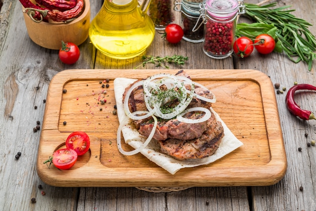 Gegrillte steaks auf holz, rindersteak