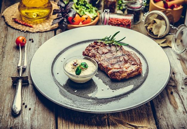 Gegrillte steaks, steak auf einem teller