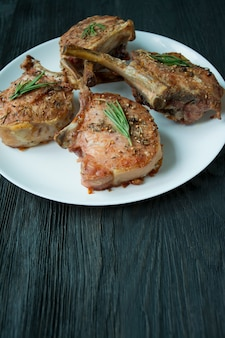 Gegrillte steaks von schweinerippchen mit gewürzen und kräutern.