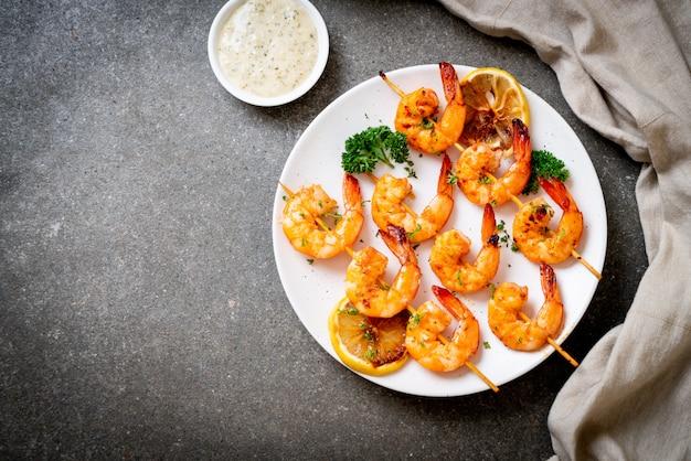 Gegrillte tiger shrimps spieße mit zitrone