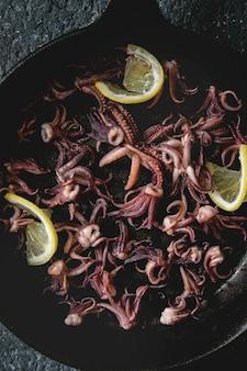 Gegrillte tintenfisch-calamaritentakeln