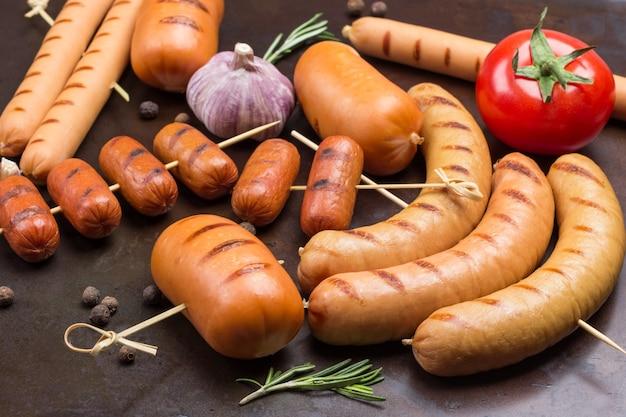 Gegrillte würstchen mit knoblauch und tomate