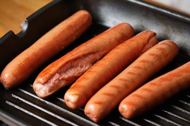 Gegrillte würstchen. zutaten für hotdogs. kochprozess für hotdogs. fast food.