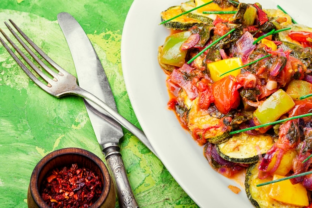 Gegrillte zucchini auf griechisch