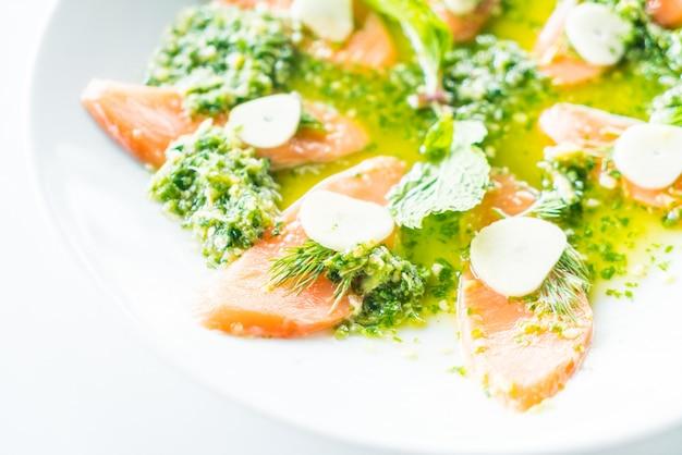 Gegrillten lachs-salat restaurant mahlzeit