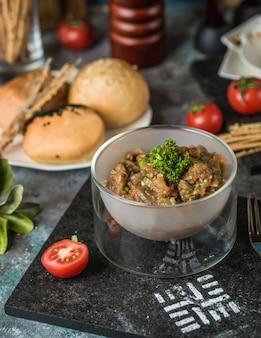 Gegrillter auberginensalat in der modernen glasschüssel