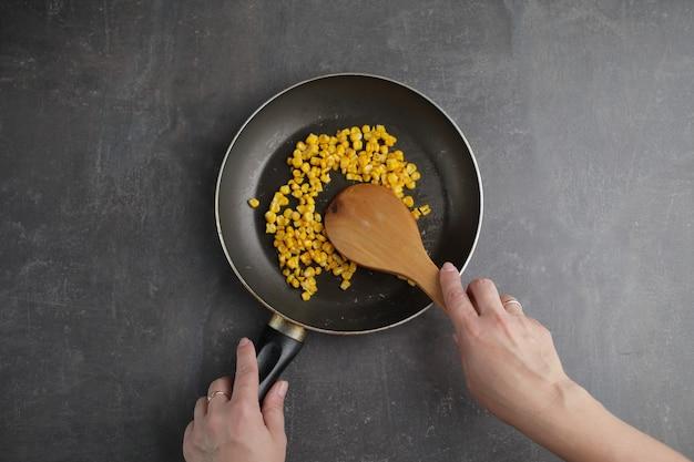Gegrillter bio-mais in einer pfanne in grauem hintergrund