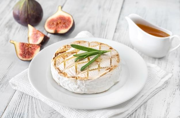 Gegrillter camembert mit frischen feigen und honig