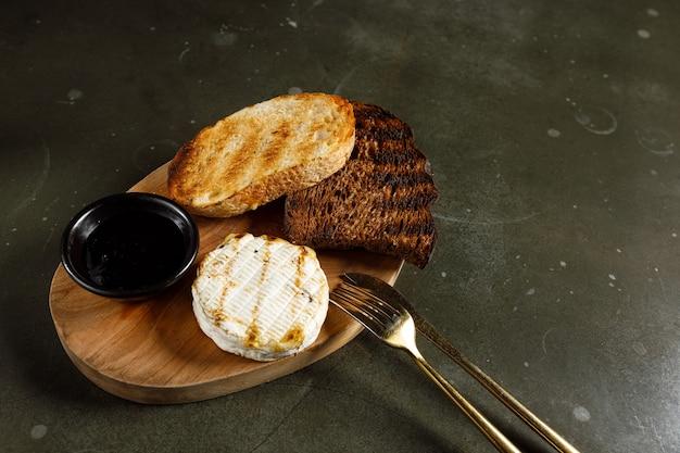 Gegrillter camembert mit schwarzer johannisbeermarmelade