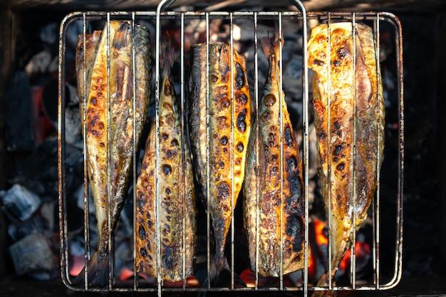 Gegrillter fisch auf dem grill