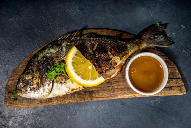 Gegrillter fisch mit gewürzen und zitrone, bbq-keto-diät-fot-konzept