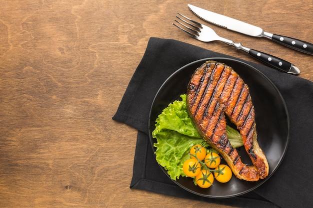 Gegrillter fisch mit salat draufsicht
