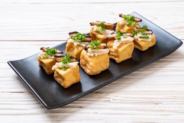 Gegrillter fofu mit shitake-pilzen und goldenen nadelpilzen